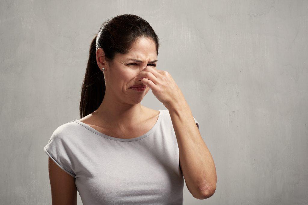Frau hat Mundgeruch stinkt nach Kot