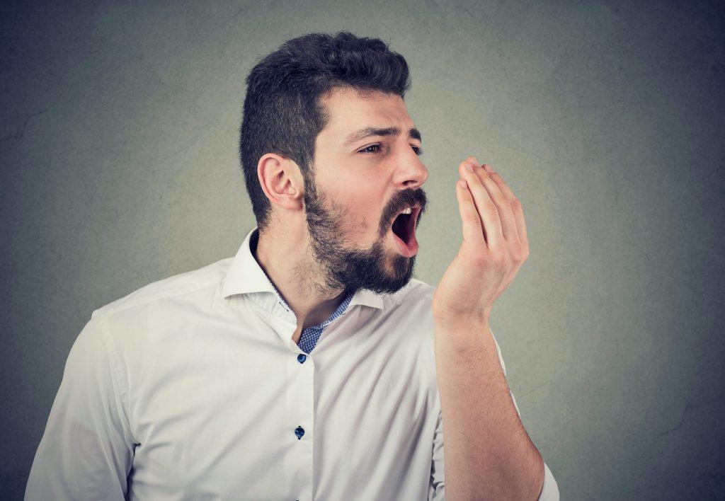 Männer stinken aus dem Mund Mundgeruch
