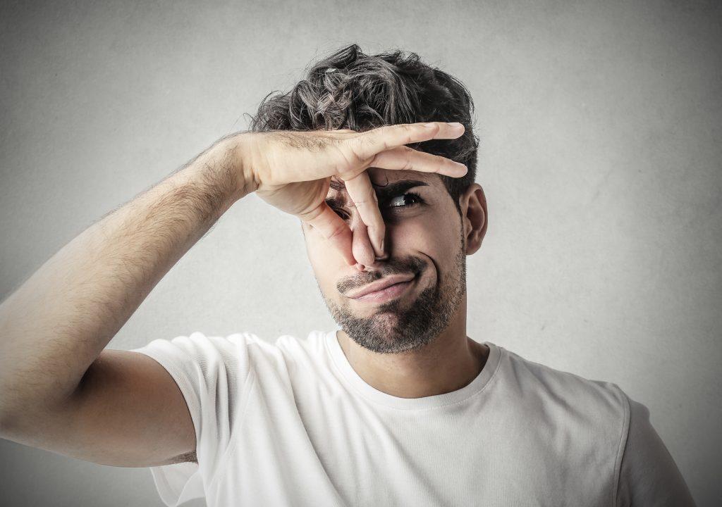 Mann stinkt aus dem Mund - Mundgeruch